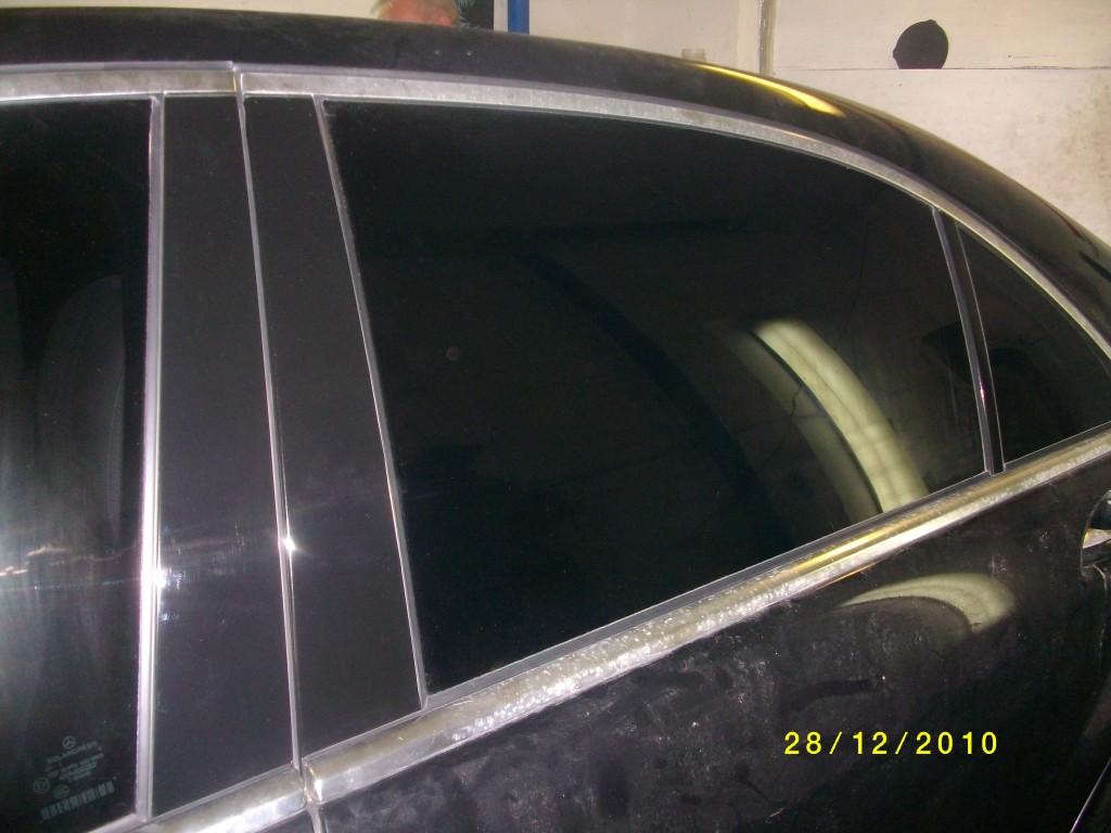 Mercedes W211 – оклейка стоек двери черной глянцевой пленкой